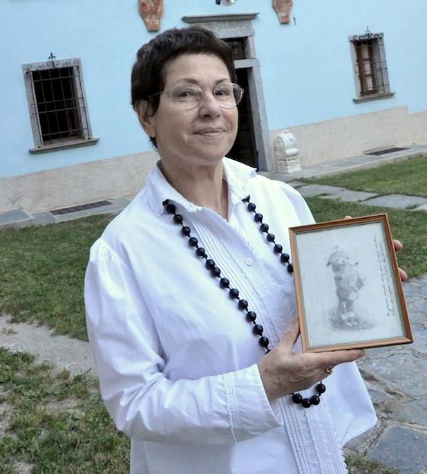 """Gabriella Boni Andreis con un'immagine tratta dalle """"Rime Ossolane"""" del cavalier Giovanni Leoni"""