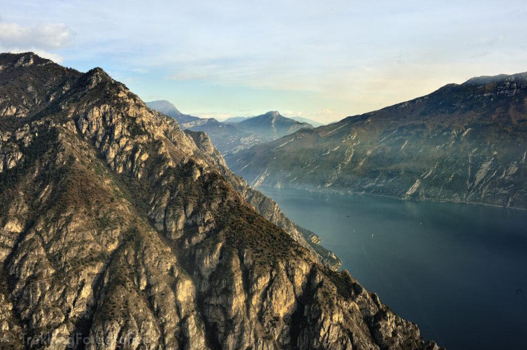 fotografare la montagna a fine autunno senza foglie e senza neve