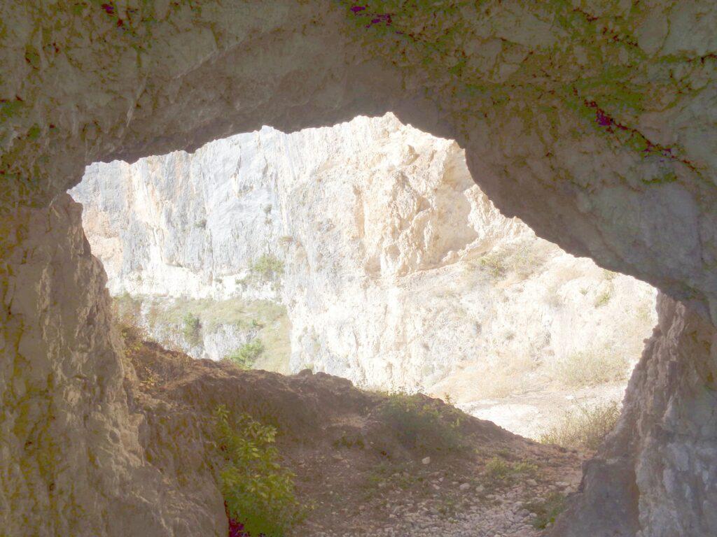 Passaggio nella roccia - foro - Majella - valle dell'Avella
