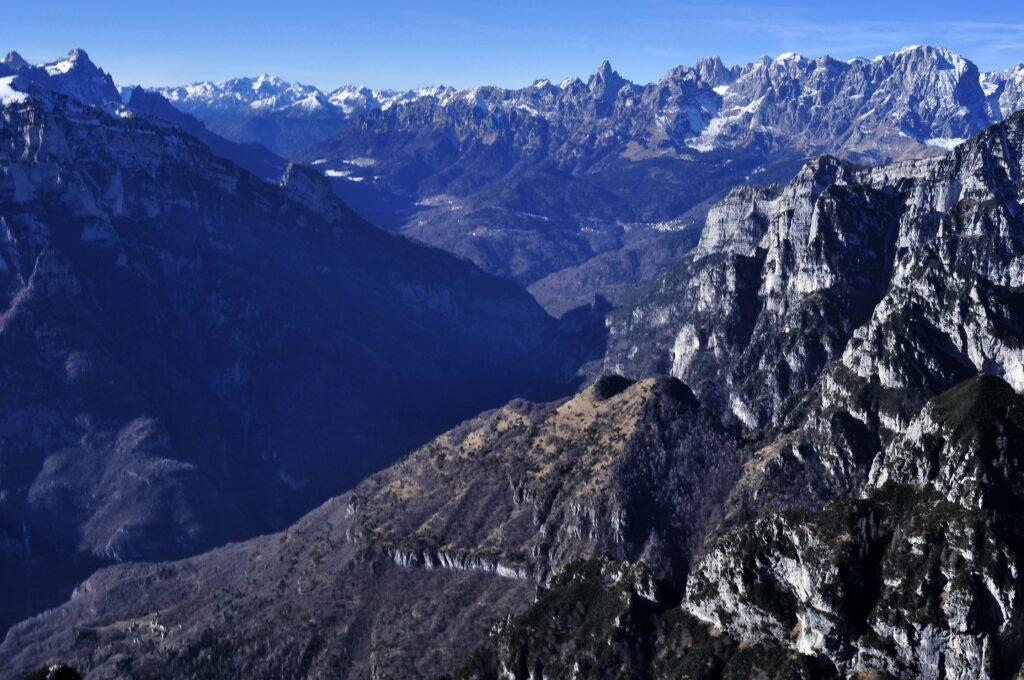 In primo piano da destra Piz de Mezodi, Zimon de Gena, Gena; oltre le Pale di San Martino. Al Mont Alt - Dolomiti Bellunesi