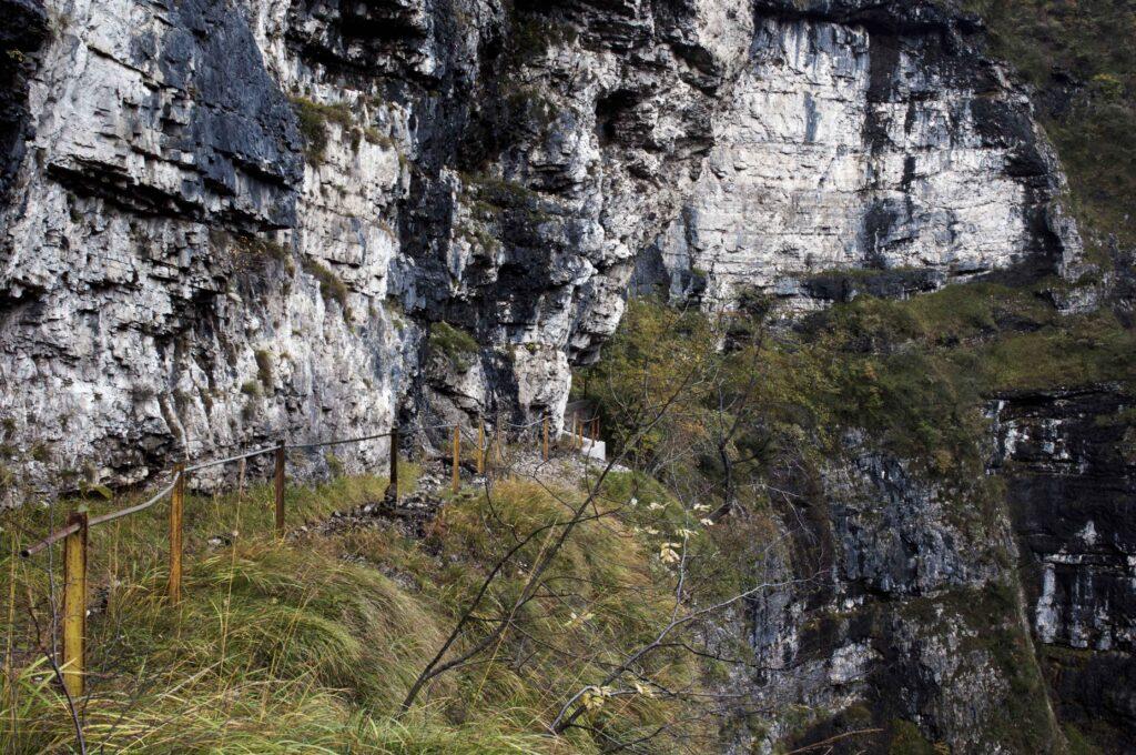 Val di Fratta, una delle valli laterali, corrimano per lavori dell'acquedotto. Al Mont Alt - Dolomiti Bellunesi