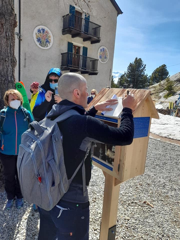 """Marco Confortola inaugura il """"Piccolo rifugio dei libri"""" - """"The Little book Hut"""""""