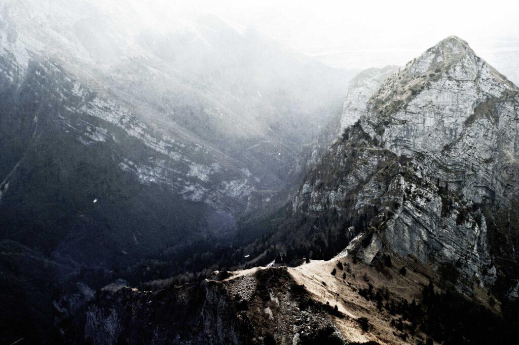 Il monte Terne in primo piano e in fondo le fasce rocciose del versante occidentale del monte serva