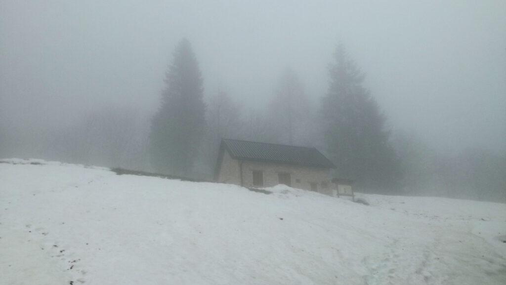 casera i ronc immersa nella nebbia