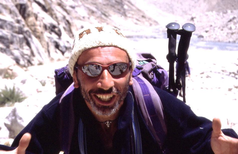 Penasa nel 2001 al campo base del Tirich Mir, montagna più alta della catena dell'Hindu Kush, in Pakistan