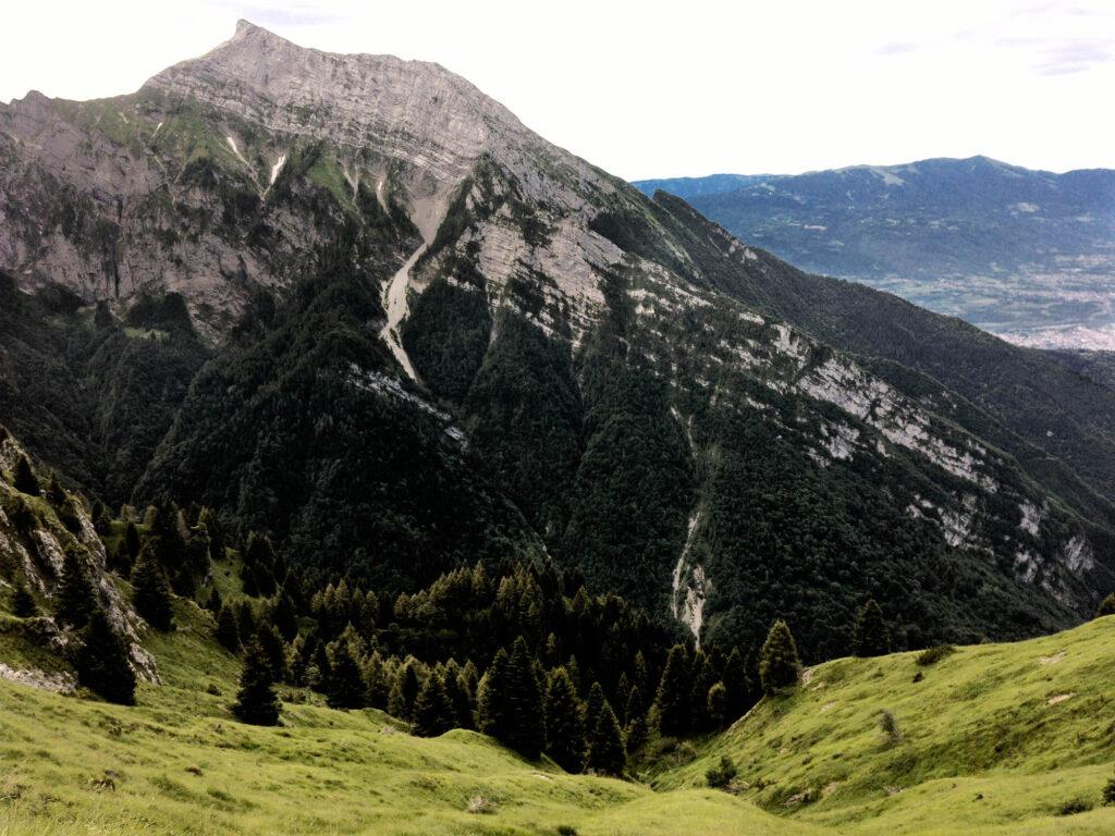 il monte serva da Nord ed in fondo la Valbelluna