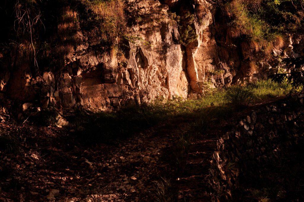 """Il sentiero di origine militare ora itinerario tematico """"La montagna dimenticata"""""""