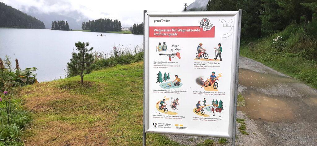 Cartello con lago Silvaplana Il galateo dei Grigioni per i bikers