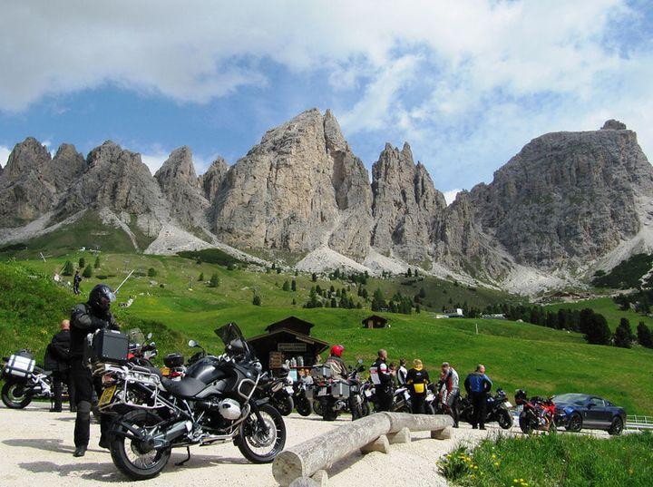 folle di turisti in montagna