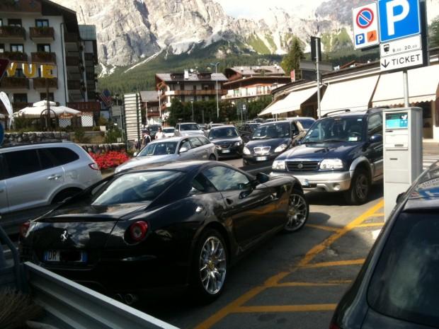 folle di turisti in montagna parcheggio Dolomiti